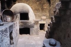 Les nombreux fours en pierre du couvent