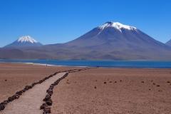 La laguna miscanti et ses volcans
