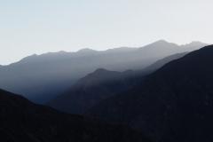 Fin du jour sur les montagnes alentours