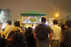 Scène de rue la nuit à Lima